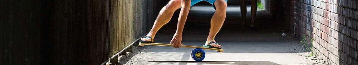 Mężczyzna balansujący na desce typu trickboard